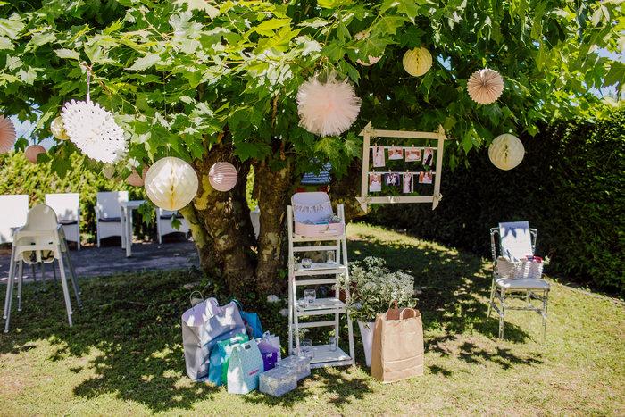 Baptême rose pastel pour petite fille, boule papier suspendu aux arbres