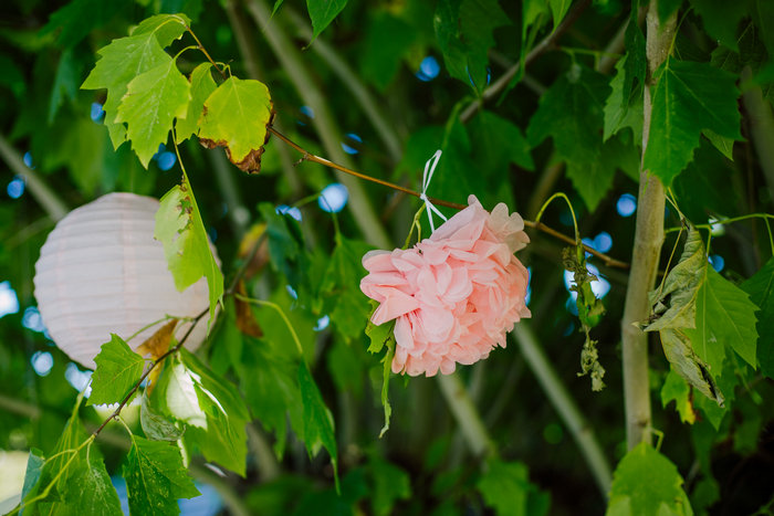 Baptême rose pastel, pompon rose pour un décor de fleur