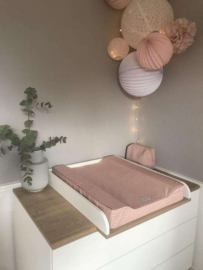Chambre rose pastel et blanche avec un kit de lampions pour fille ...