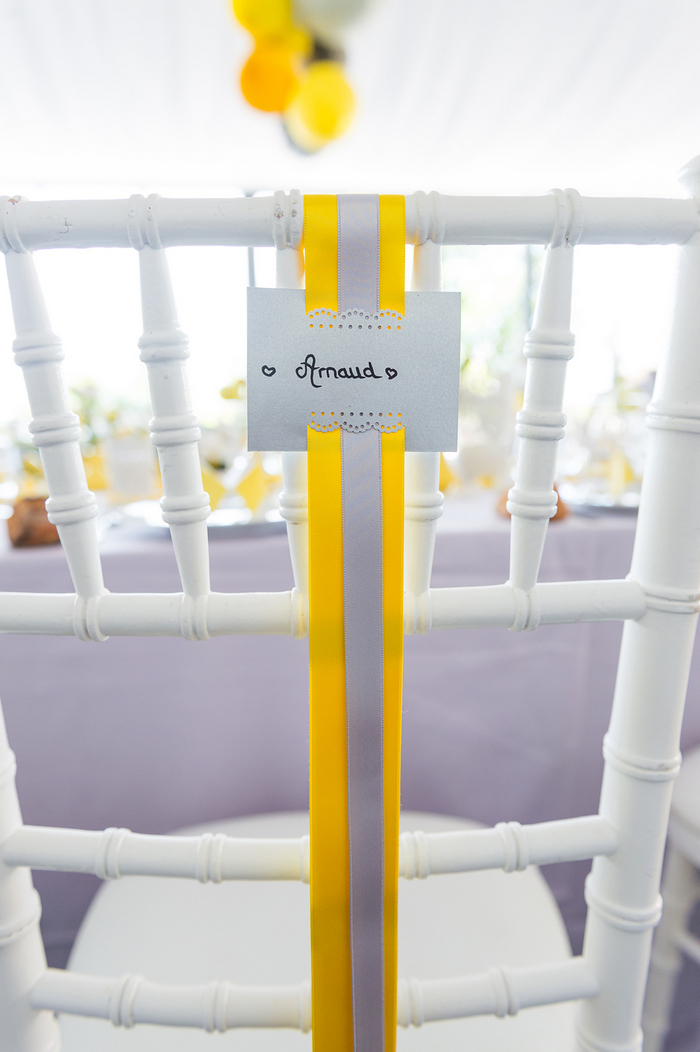 mariage jaune décoration d'une tente avec des boules en papier jaune