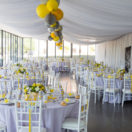 Une décoration de mariage en jaune et gris