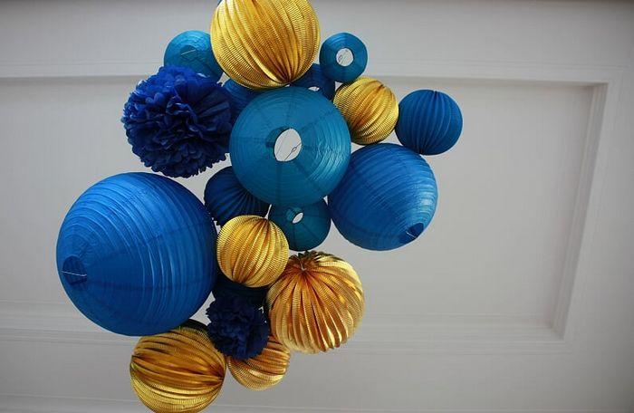 Noël en bleu et or : idées déco tendances 2019 avec des boules en papier