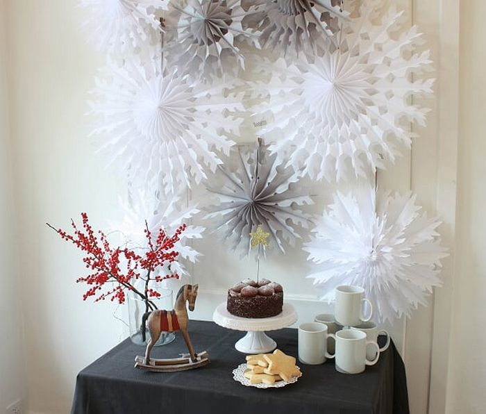 Noël blanc idée déco d'un buffet avec des rosaces et flocons en papier