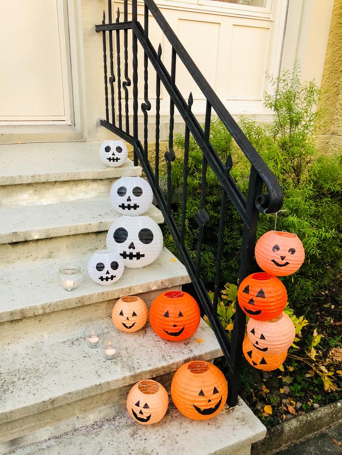 Halloween décor citrouille et tête de mort avec des lanternes en papier décorées