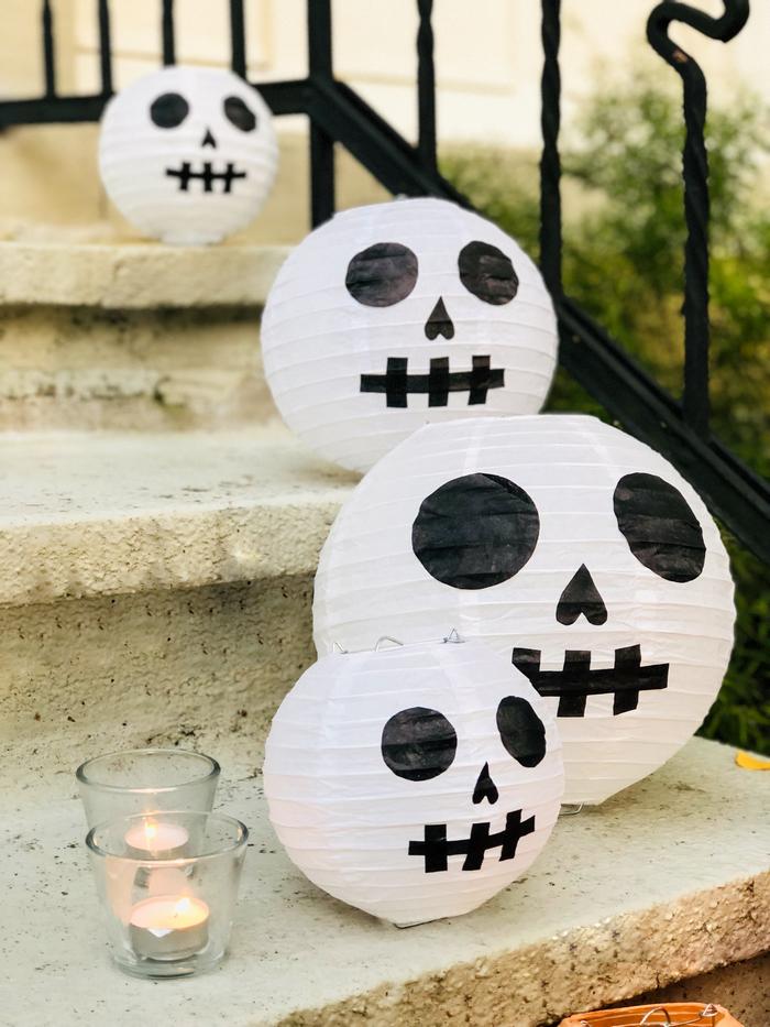 Idée déco simple tête de mort Halloween avec des lanternes en papier