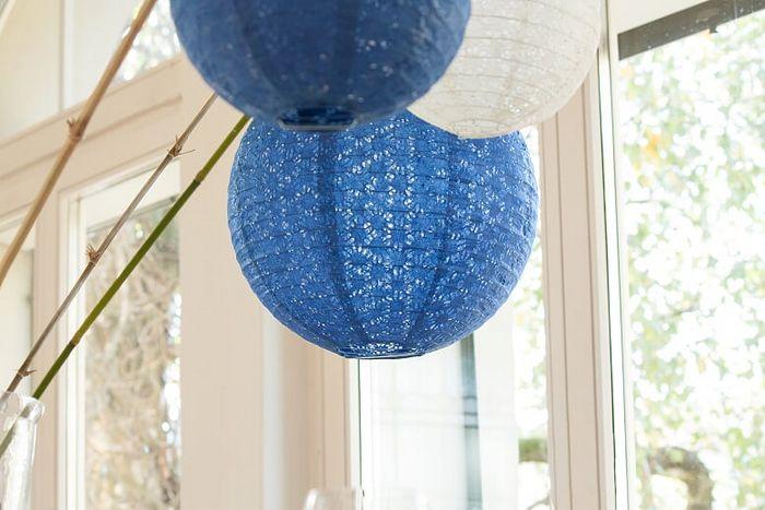 Noël en bleu : idées déco tendances 2019 avec des boules en papier