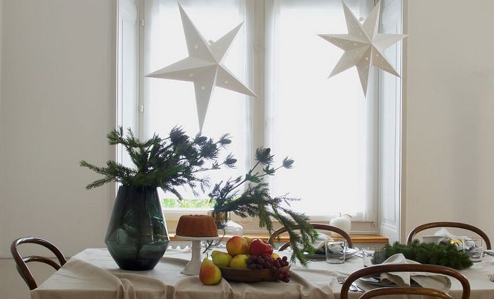 Noël blanc idée déco d'une table avec des étoiles blanches en cartons
