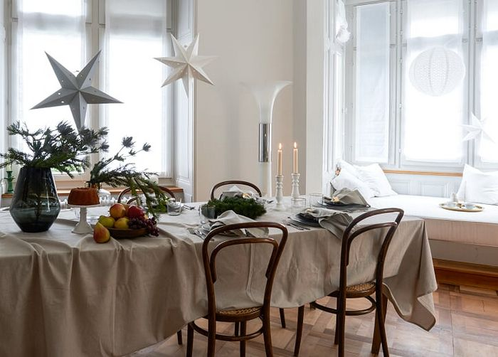 table de noël blanc pour les fêtes de fin d'année avec des étoiles en papier