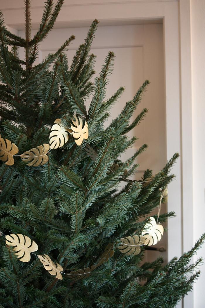 "Noël ""green"" : inspirations 2018 avec une guirlande de feuille dorée"