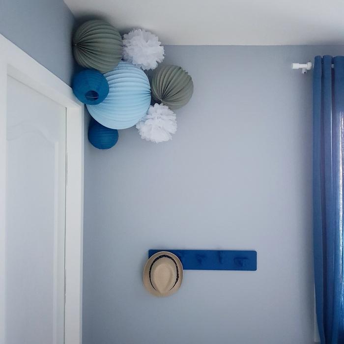 Chambre bleu : décoration dans un angle de chambre pour un garçon