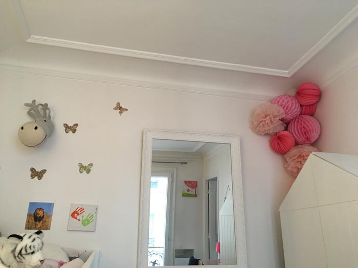 Décorer un coin de chambre d'enfant avec des lanternes et boules en papier