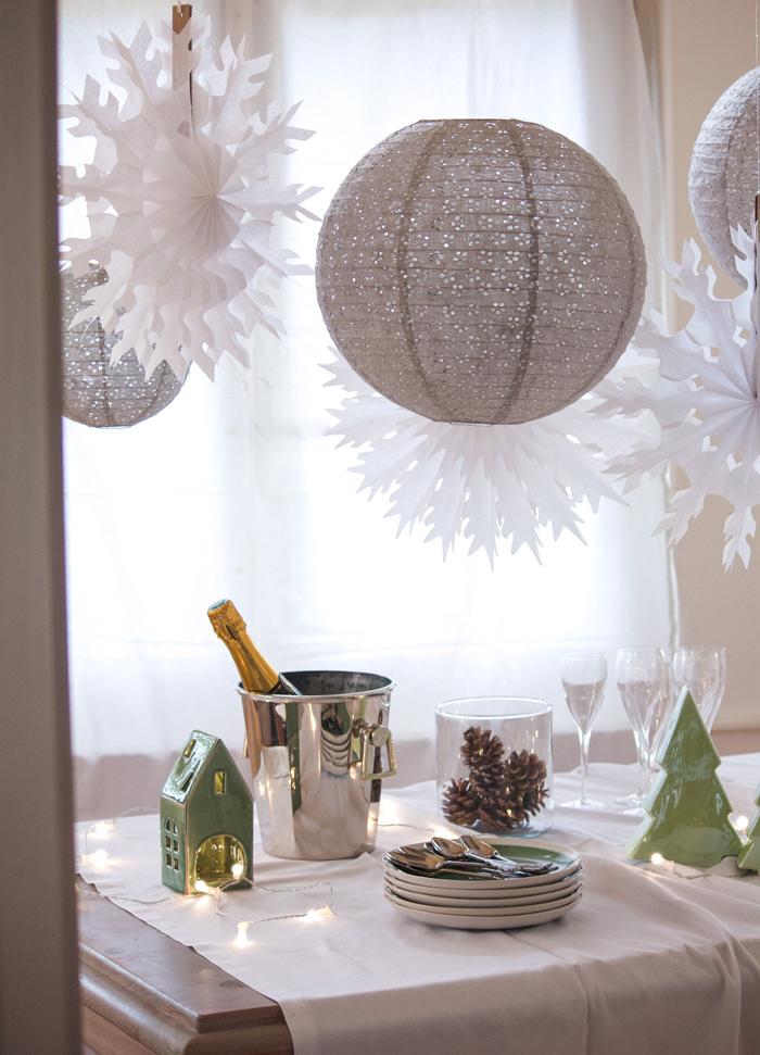 Noël scandinave inspirations de décors nordiques avec des flocons et lanternes dentelles