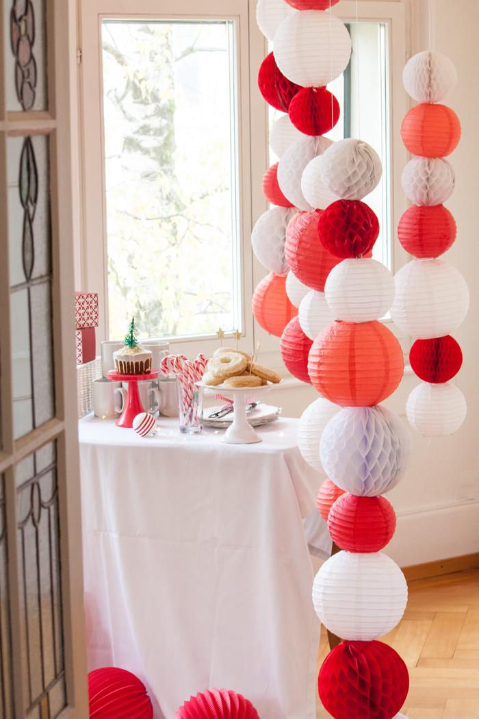 Un buffet de Noël rouge et blanc avec des lanternes en papier
