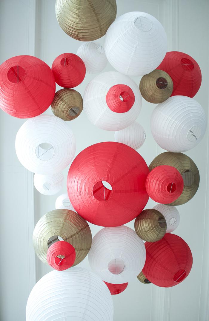 Ciel de lanternes rouge et or pour un décor de Noël ou pour un mariage