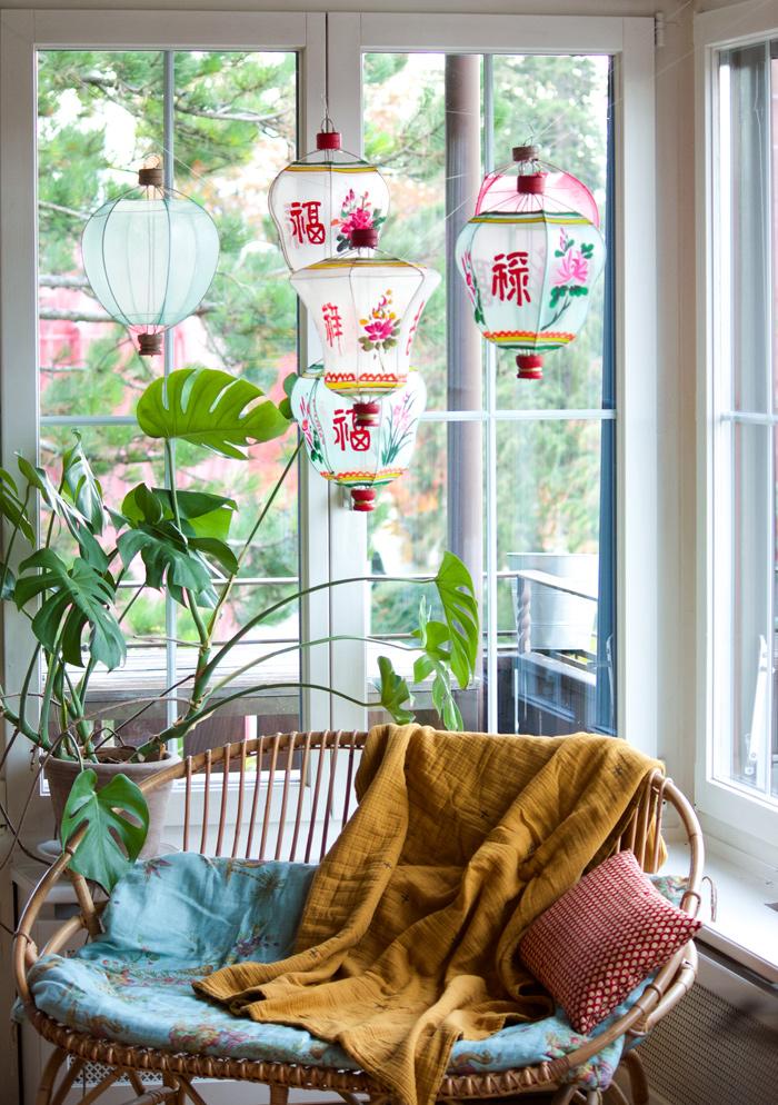 Des lampions chinois en tissu colorés peints à la main pour décorer une maison