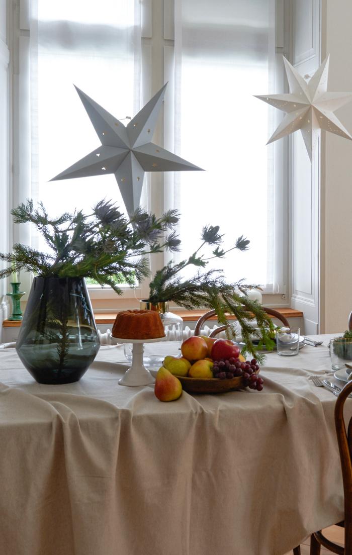 """Noël """"green"""" : une table de noël avec des étoiles décoratives suspendues"""