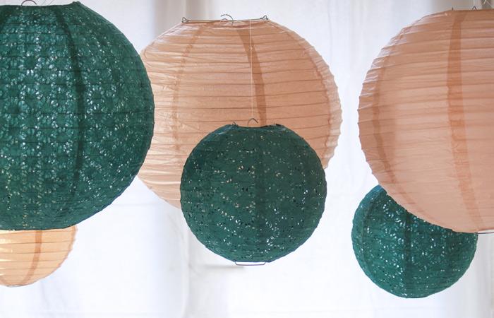 Un buffet de Noël vert et beige avec des lanternes en papier