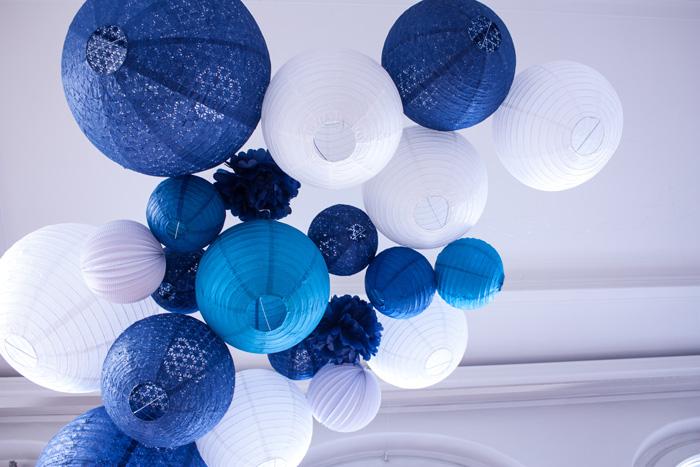 Un mariage en bord de mer : un ciel de lanternes bleu et blanc