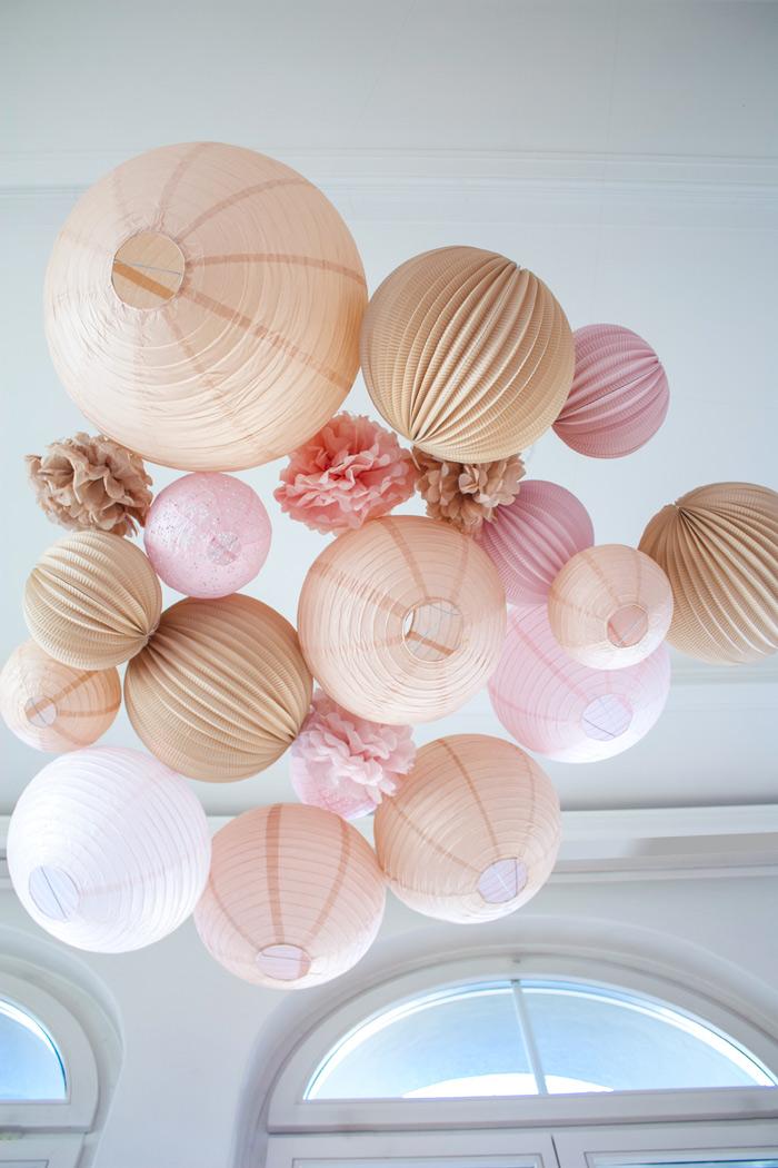 Mariage champêtre : ciel de lanternes dans les tons beige et rose pastel