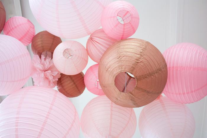 décoration de mariage rose or gold cuivre avec des lanternes en papier