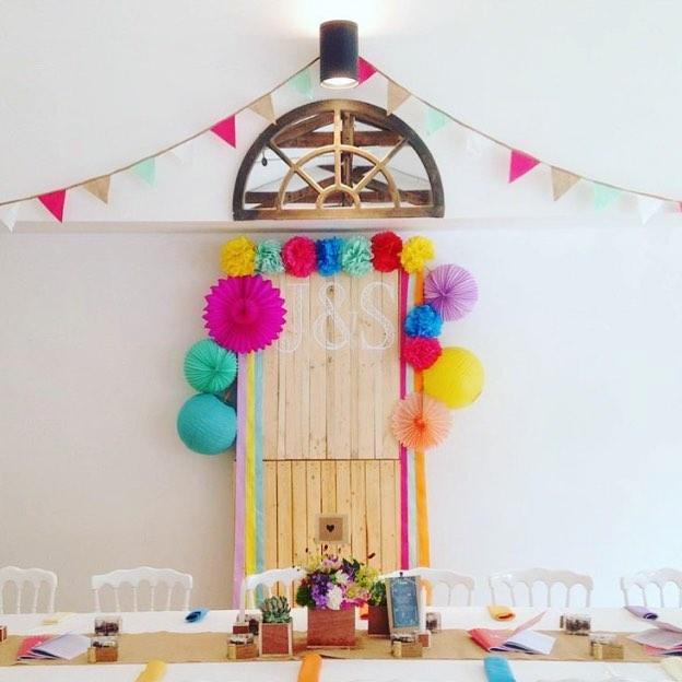 Mariage coloré : idée déco pour un mur de votre salle de mariage derrière la table des mariés