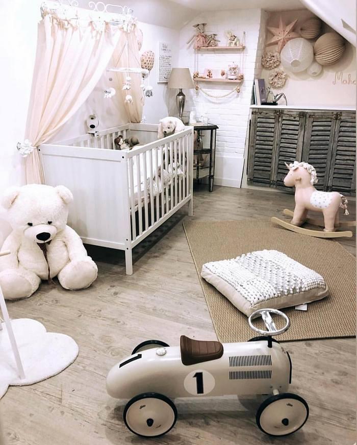 Chambre rose et beige de petite fille avec des lanternes chinoises