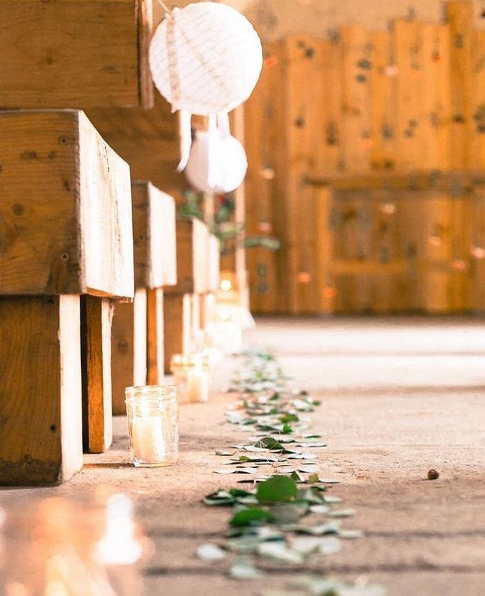 Décoration d'une allée de mariage avec des lanternes papier