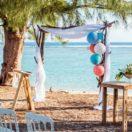 Décoration d'un mariage bleu en bord de mer