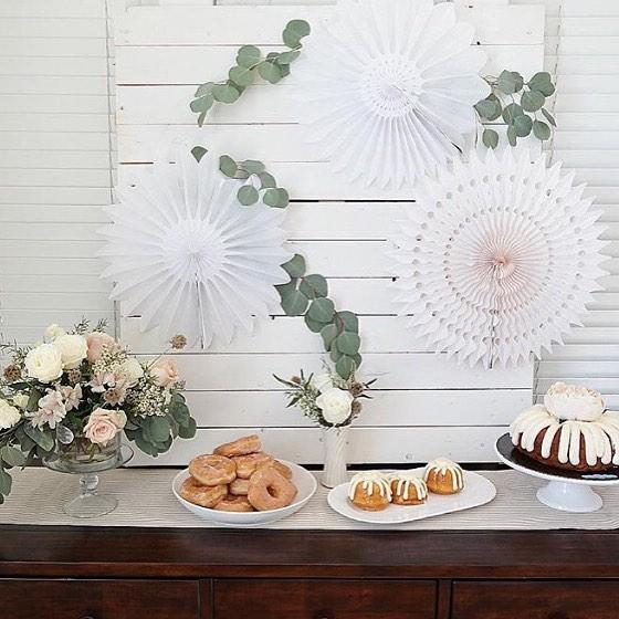 Des décorations de buffet pour une fête ou un mariage avec des lanternes chinoises