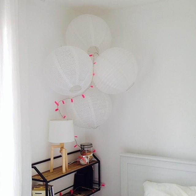 Chambre blanche pour un bébé avec des décorations murales