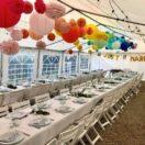Mariage arc-en-ciel avec des lanternes chinoises colorées