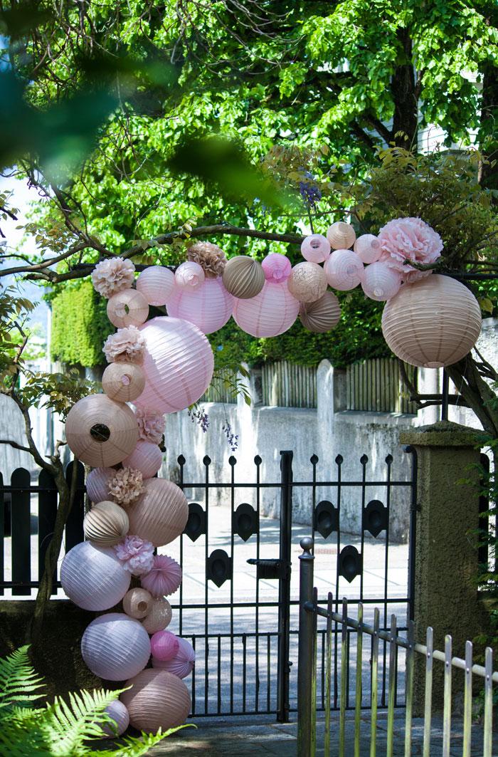 Mariage champêtre: décoration d'une arche avec des lanternes en papier