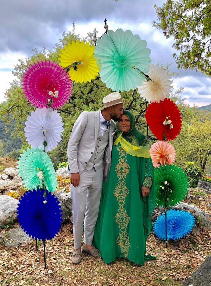 Mariage arc-en-ciel : décoration avec des lanternes en papier coloré pour une arche