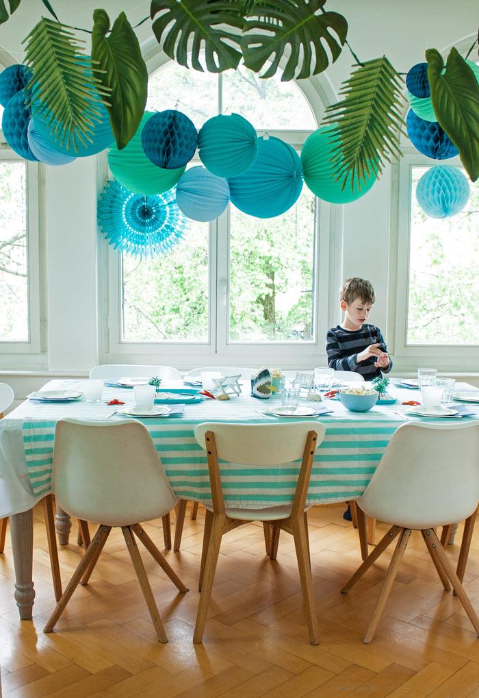 anniversaire plage et surf : idée déco avec des boules papier bleues