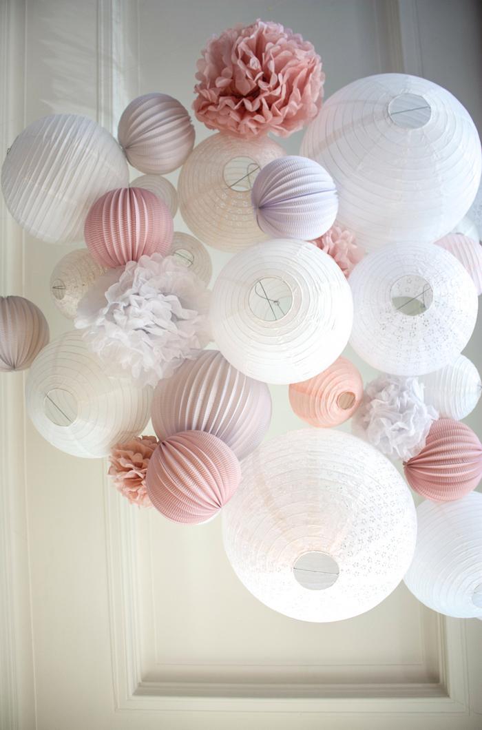 Décoration plafond mariage avec des lanternes chinoises Rose vintage et Blanche