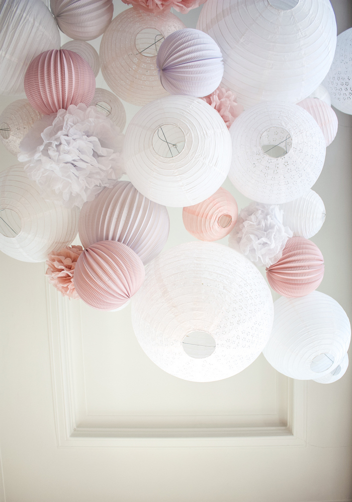 Ciel de lanternes chinoises rose et blanc