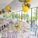 Des grappes de lanternes : une décoration tendance pour un mariage