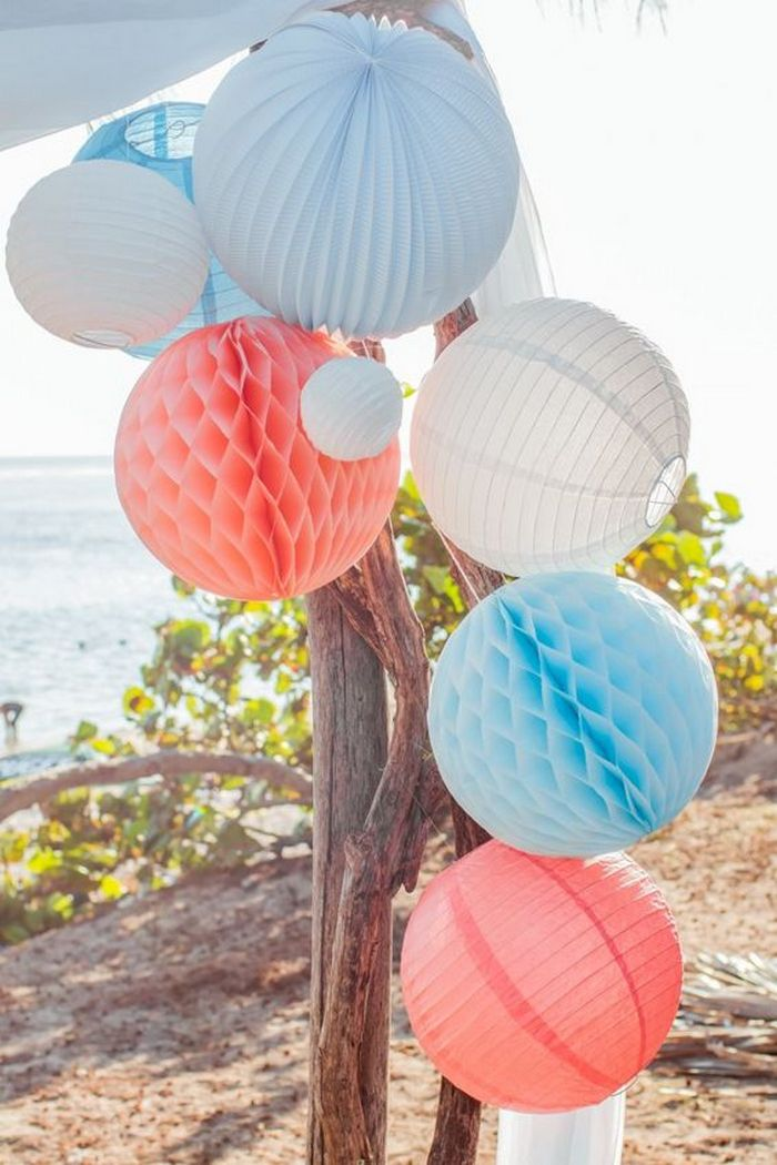 Lanterne mariage : grappe de lanternes chinoises pour un mariage dans les tons bleu, pêche et blanc