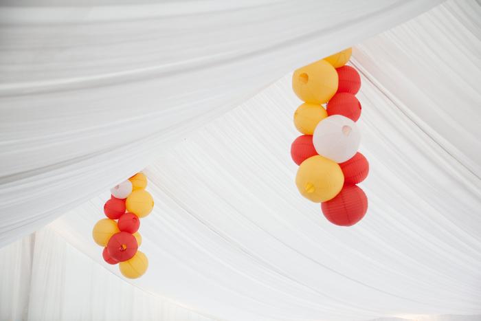 Lanterne mariage : grappes de lanternes chinoises pour un mariage dans les tons orangé et blanc