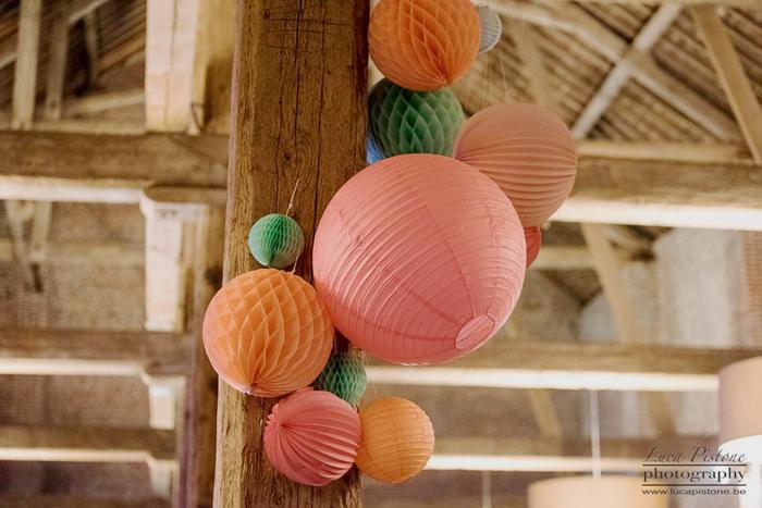 Lanterne mariage : grappe de lanternes chinoises pour un mariage dans les tons vert, pêche et rose