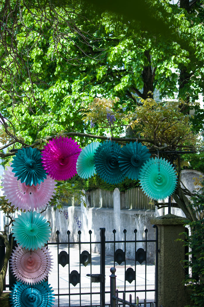 Photobooth mariage: une idée déco avec des rosaces en papier