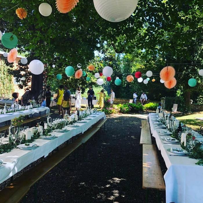 Décoration mariage champêtre dans un jardin avec des rosaces et des lanternes chinoises colorées