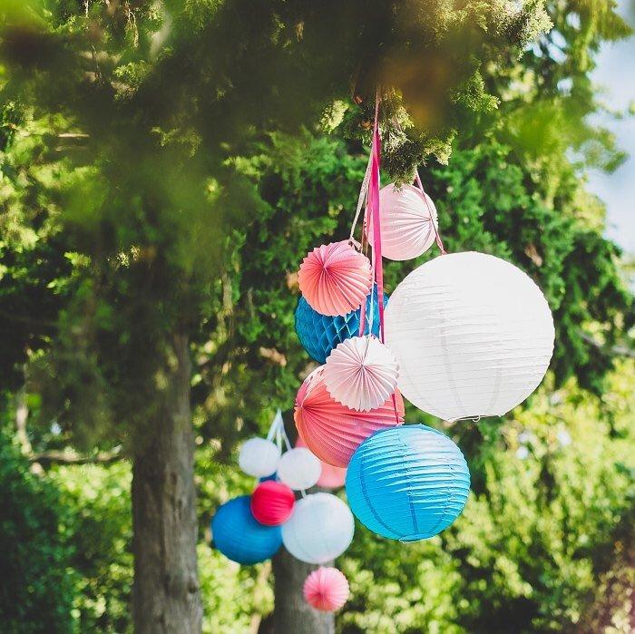 décoration mariage champêtre colorée dans un jardin