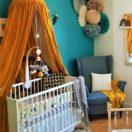 Une chambre de bébé tendance avec une décoration murale en papier