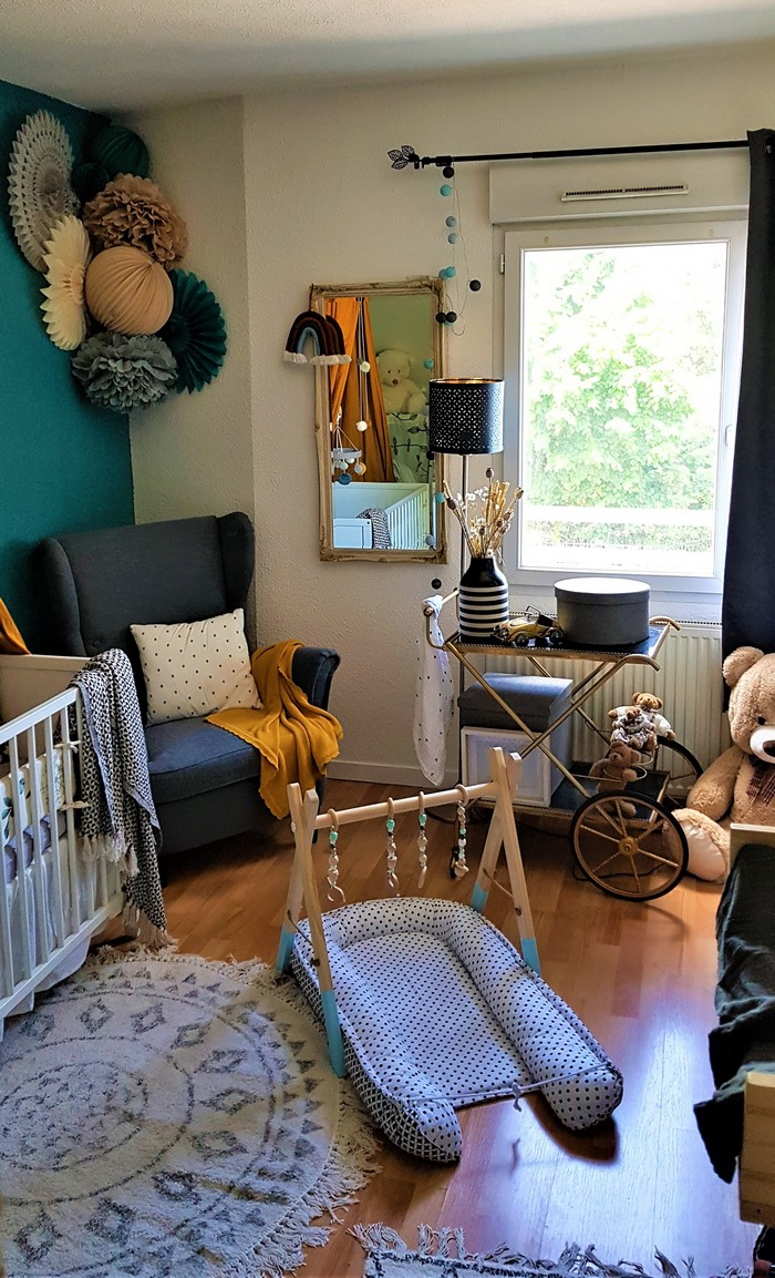 Décoration murale de chambre de bébé dans les tons bleu, gris et beige