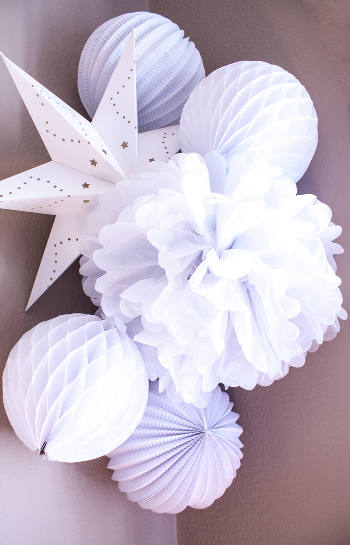 Décoration de chambre bébé en blanc : composition murale blanche en papier