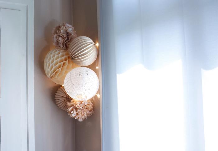 deco murale beige et blanche : une composition aux couleurs naturelles dans une chambre d'enfant