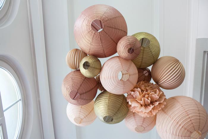 Boule papier dans des teintes de beige pour décorer une fête ou un mariage