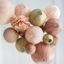 Un ciel de mariage avec des boules papier dans des teintes de beige, chocolat et doré