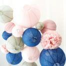 Des lanternes en bleu, rose et gris pour la décoration d'un mariage